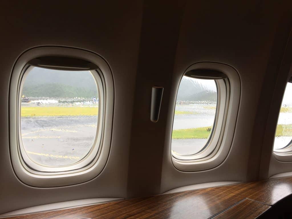 cathay pacific first class boeing 777 330er vor dem start 1
