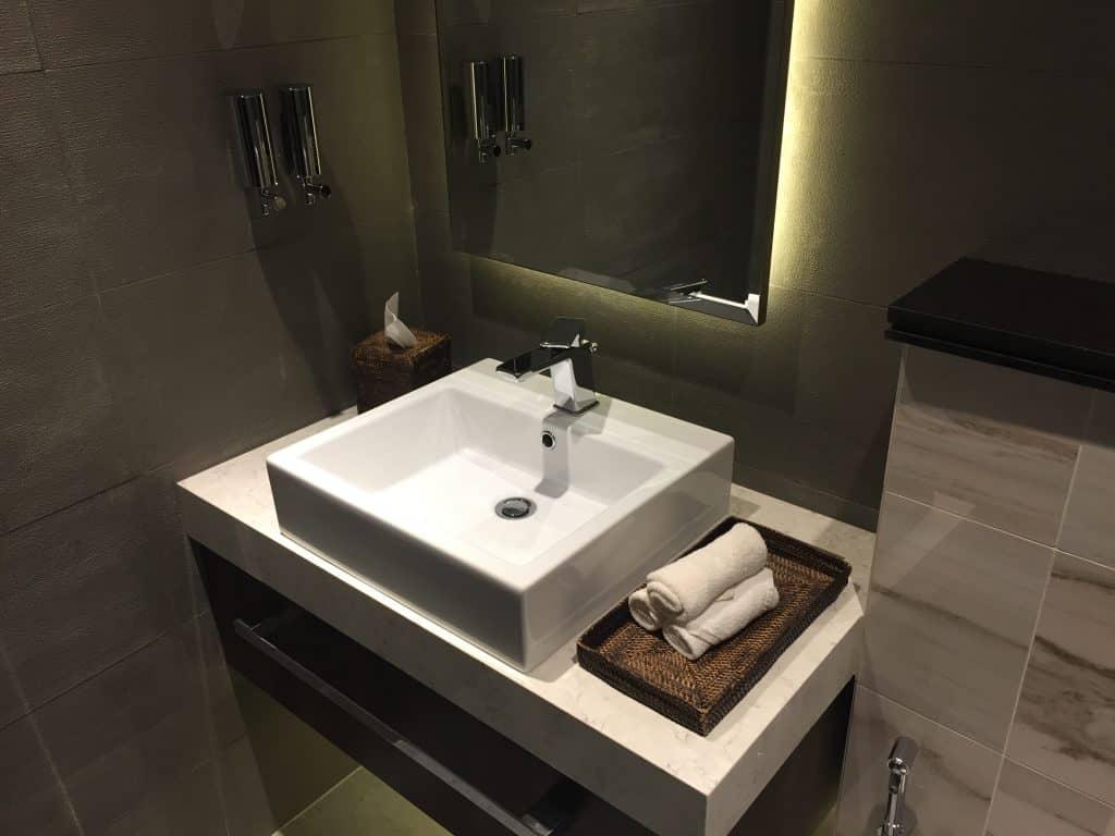 etihad first class lounge abu dhabi duschraum 2