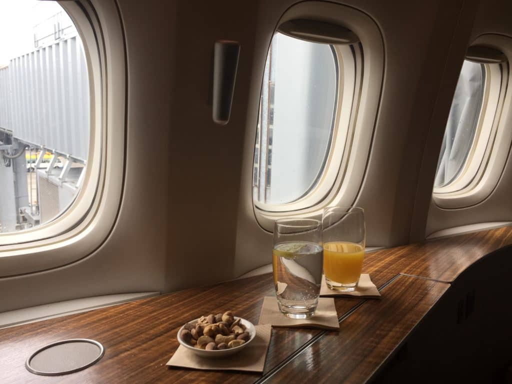 cathay pacific first class boeing 777 330er begrusungsdrink