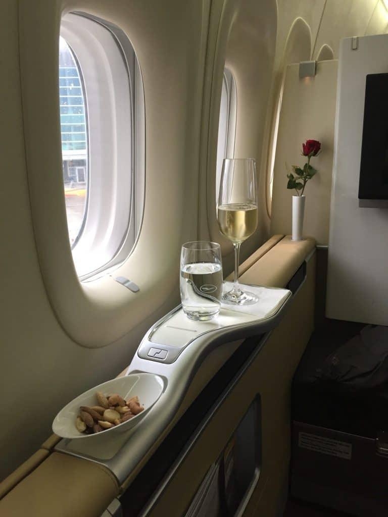 lufthansa first class boeing 747 8 champagner e1505832517873