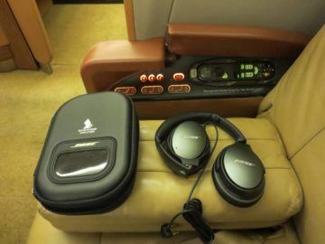 singapore airlines first class boeing 777 entertainment kopfhoerer
