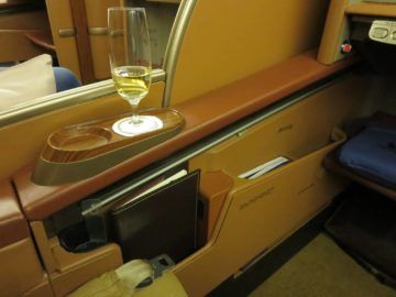 singapore airlines first class boeing 777 sitz stauraum 2