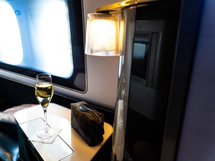 british airways first class boeing 777 amenity kit champagner hell
