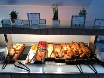 british airways galleries club lounge london heathrow terminal 5 b gates warmes fruehstueck