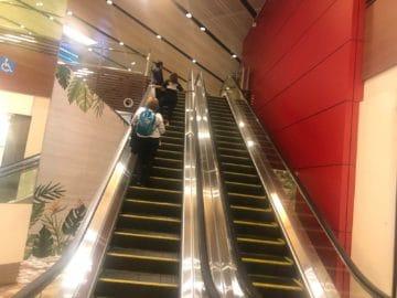 british airways lounge singapore treppe zur lounge