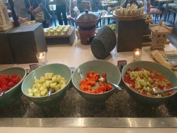 hilton garden inn bali fruehstueck obst