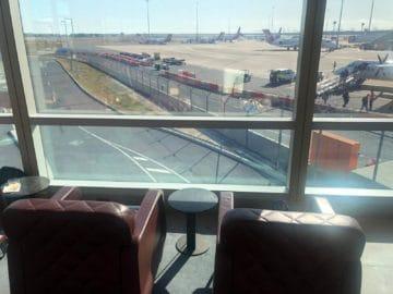 qantas business lounge brisbane blick auf das rollfeld