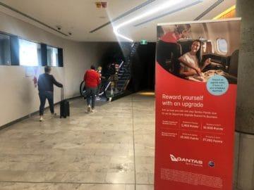 qantas business lounge brisbane rolltreppe zur lounge