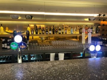 qantas lounge singapore bar
