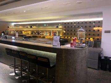 qantas lounge singapore blick auf die bar