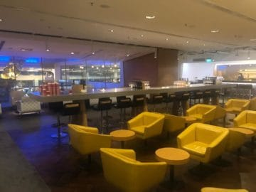 qantas lounge singapore gelbe sessel bar bereich