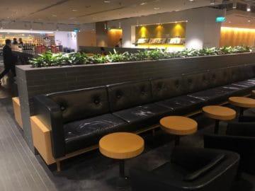 qantas lounge singapore kleine tische sofa