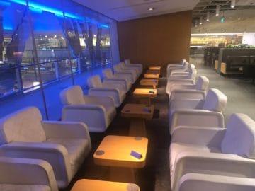 qantas lounge singapore weisse sessel