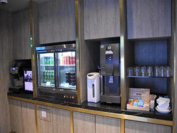 plaza premium lounge langkawi kuehlschrank kaffeemaschine