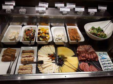 Air Canada Maple Leaf Lounge London Salat Aufschnitt