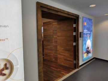 Jet Lounge Wien Schengen Holztür Eingangsbereich