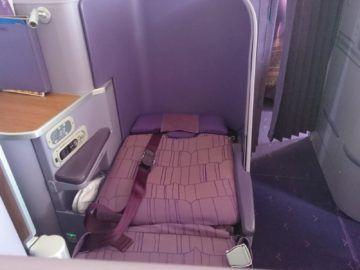thai airways business class airbus a380 osaka bangkok ausgefahrenes bett kopfteil