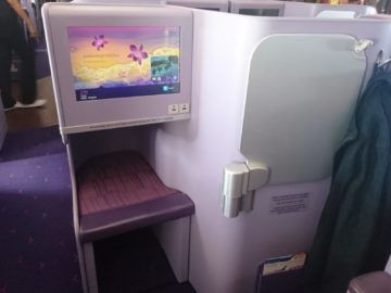 thai airways business class airbus a380 osaka bangkok fussablage und stauraum