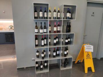 Cip Lounge Athen Weinschrank