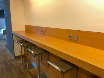 Lufthansa Business Lounge G28 Muenchen Barhocker Anschluesse