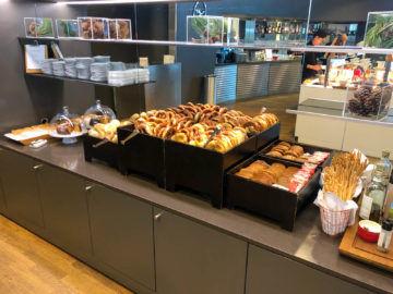 Lufthansa Business Lounge G28 Muenchen Bretzel Brot