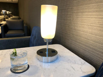 United Polaris Lounge Chicago Gin And Tonic Anschluesse