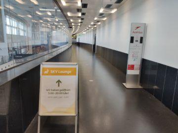 Sky Lounge Wien Schengen Schmaler Gang Hinweisschild