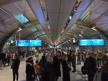 Blick Auf Die Wartschlangen In Richtung Terminal