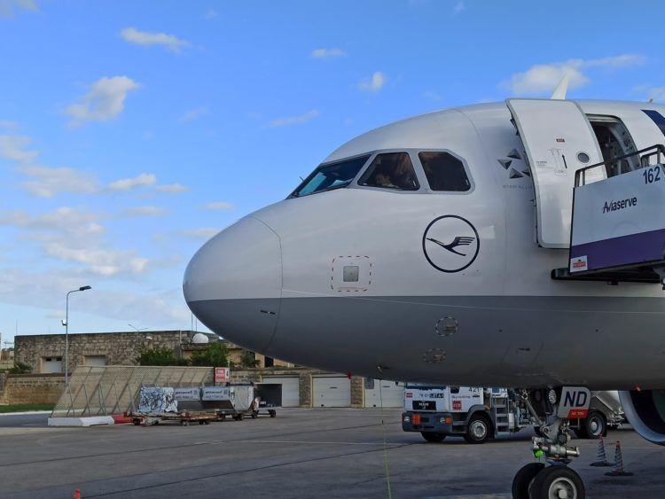 Lufthansa Flugzeug A320 Cockpit