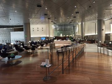 Qatar Airways Al Mourjan Business Class Lounge Corona Mittelteil Sitzgelegenheiten