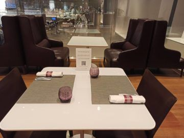 Qatar Airways Al Mourjan Business Class Lounge Corona Restaurant Sitzplaetze