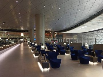 Qatar Airways Al Mourjan Business Class Lounge Corona Sitzgelegenheiten Aussen 2