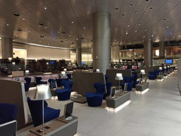 Qatar Airways Al Mourjan Business Class Lounge Corona Sitzgelegenheiten Aussen