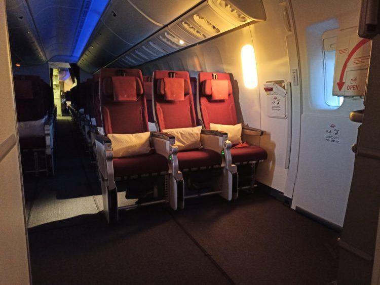 Qatar Airways Economy Class B777 300er Notausgang