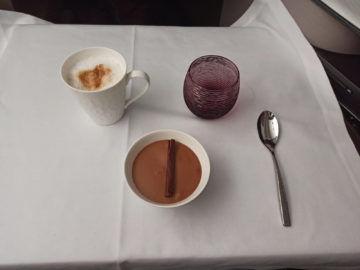 Qatar Airways Qsuite Corona Mittagessen Dessert Unverpackt
