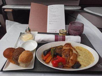 Qatar Airways Qsuite Corona Mittagessen Hauptspeise Huehnchen Unverpackt