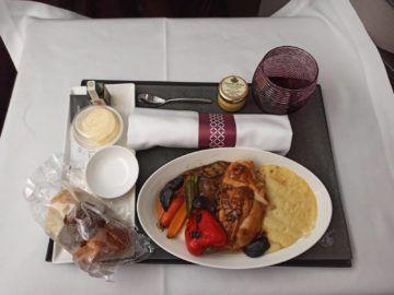 Qatar Airways Qsuite Corona Mittagessen Hauptspeise Huehnchen Verpackt