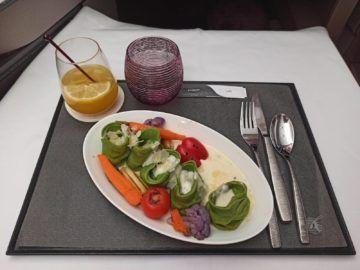 Qatar Airways Qsuite Corona Mittagessen Hauptspeise Tortellini Unverpackt