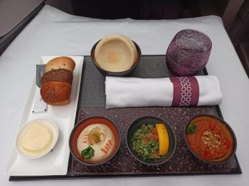 Qatar Airways Qsuite Corona Mittagessen Hauptspeise Unverpackt