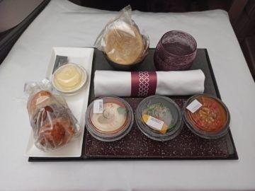 Qatar Airways Qsuite Corona Mittagessen Vorspeise Verpackt