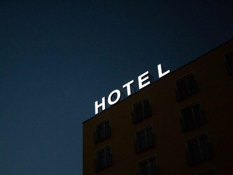 Hotel Leuchtschrift Unsplash