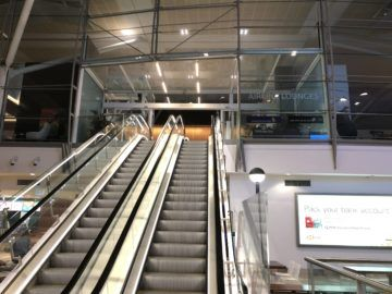 air new zealand brisbane international lounge rolltreppe nach oben