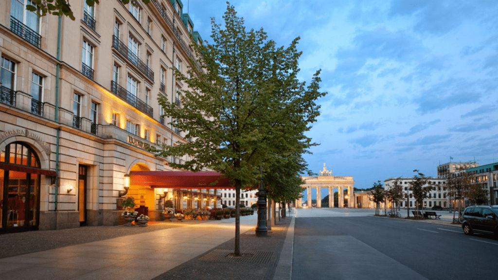 Gehört zu den American Express Fine Hotels & Resorts: Das Hotel Adlon Kempinski Berlin