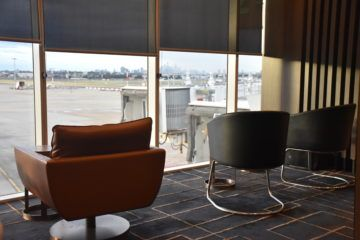 american express lounge sydney eingang sessel mit blick auf rollfeld