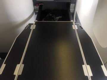 ana business class boeing 777 300 tisch ausgeklappt ausgefahren