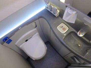 ana business class boeing 787 japanische toilette 1