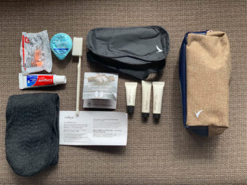 cathay pacific business class a350 1000 amenity kit 3