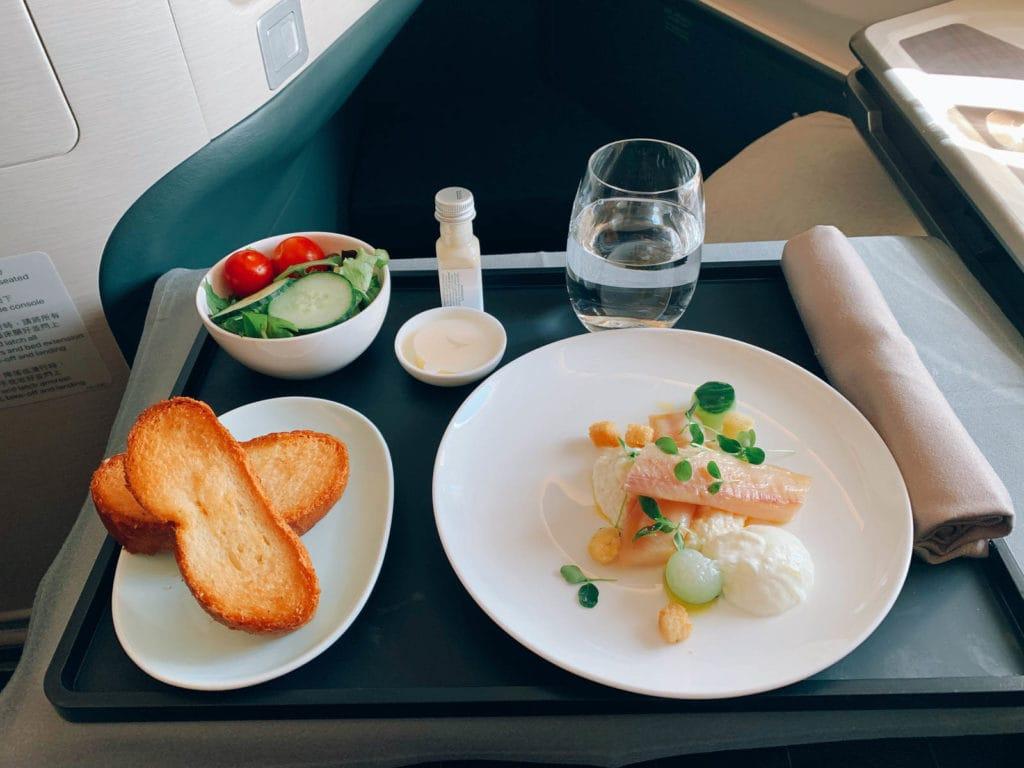 Zanderfilet mit einer Gurken-Sellerie-Yoghurt Remoulade sowie Salat und Knoblauchbrot