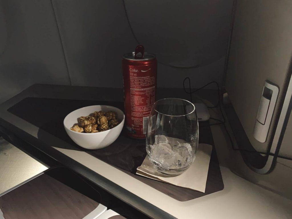 Cathay Pacific Midflight Snack - Cola und süßes Karamel-Popcorn