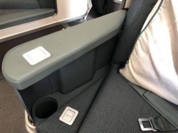 Cathay Pacific Business Class A350-1000 Armlehne und Getränkehalter